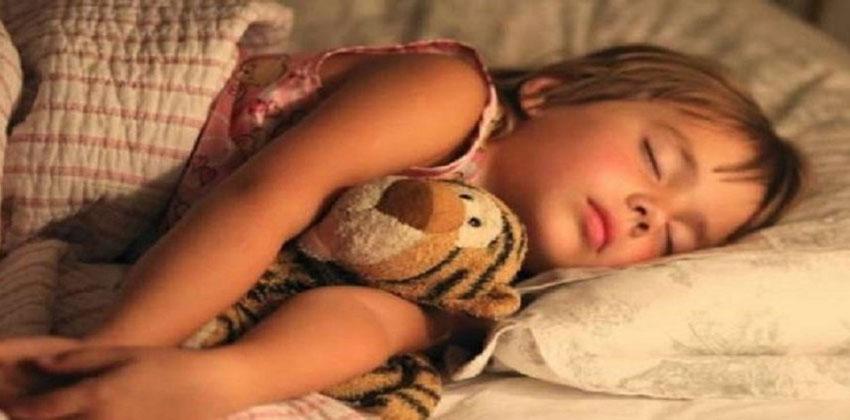 تحذير.. الأطفال يستنشقون مواد كيميائية مرتبطة بالسرطان من فراش النوم!