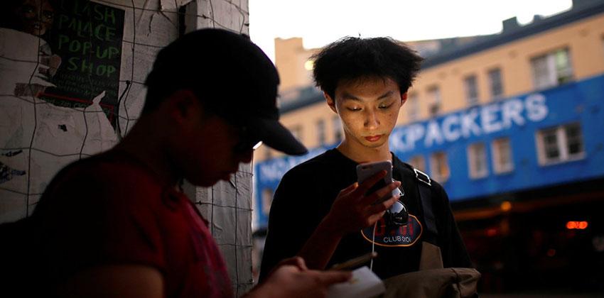"""كيف تطيل عمر بطارية هاتف يعمل على """"أندرويد"""